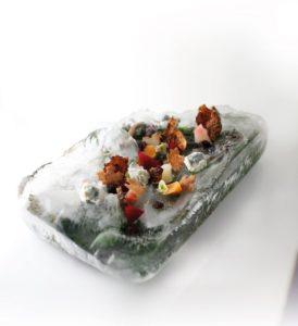 Impiattamento Gelato di Gorgonzola barbabietole pelle di topinambur fritta caviale di aceto balsamico e foglie di nocciola dello chef Paolo Griffa