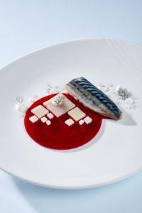 Impiattamento Sgombro marinato cremoso di barbabietola patate affumicate crema di rafano e aneto selvatico dello chef Paolo Griffa