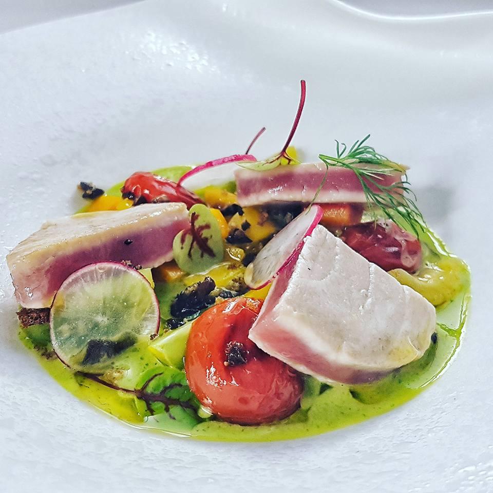 Impiattamento Tonno sedano verdurine e crumble di olive dello chef Stefano De Gregorio